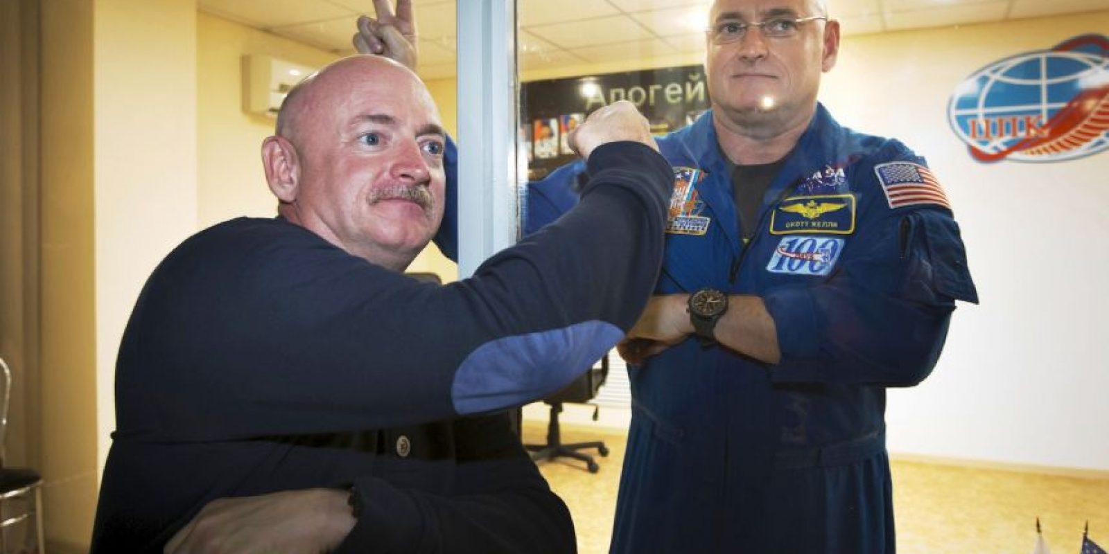 Scott y Mark Kelly, hermanos astronautas y ambos han realizado caminatas espaciales Foto:AP