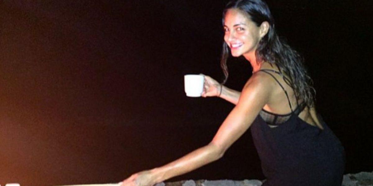 Valerie Domínguez tapa sus partes íntimas con cocos