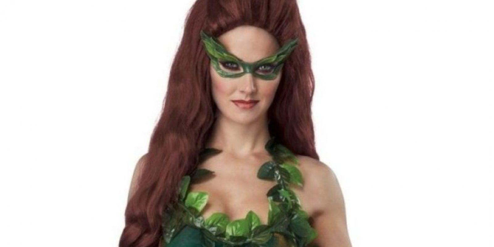 En su outfit incluyó una peluca roja y un vestido con aplicaciones que simulaban plantas. Foto:Amazon