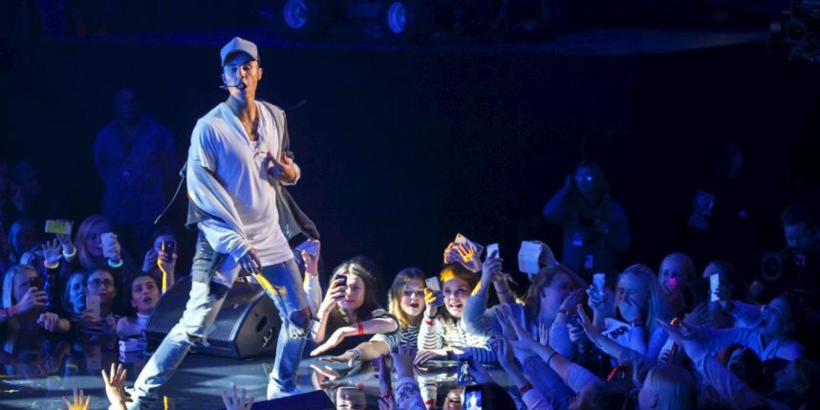 """Bieber se enoja cuando las desesperadas """"beliebers"""" no se lo permiten y les grita: """"Qué hacen? ¡Paren! ¡He dicho que paren! ¿Chicas, me están escuchando? Estoy intentando limpiar el suelo"""" Foto:AFP"""
