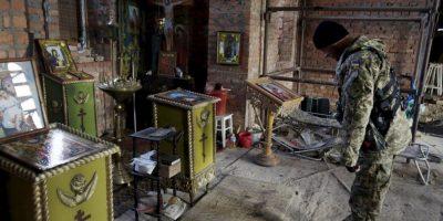 Hombre visita iglesia abandonada en Ucrania. Foto:AFP