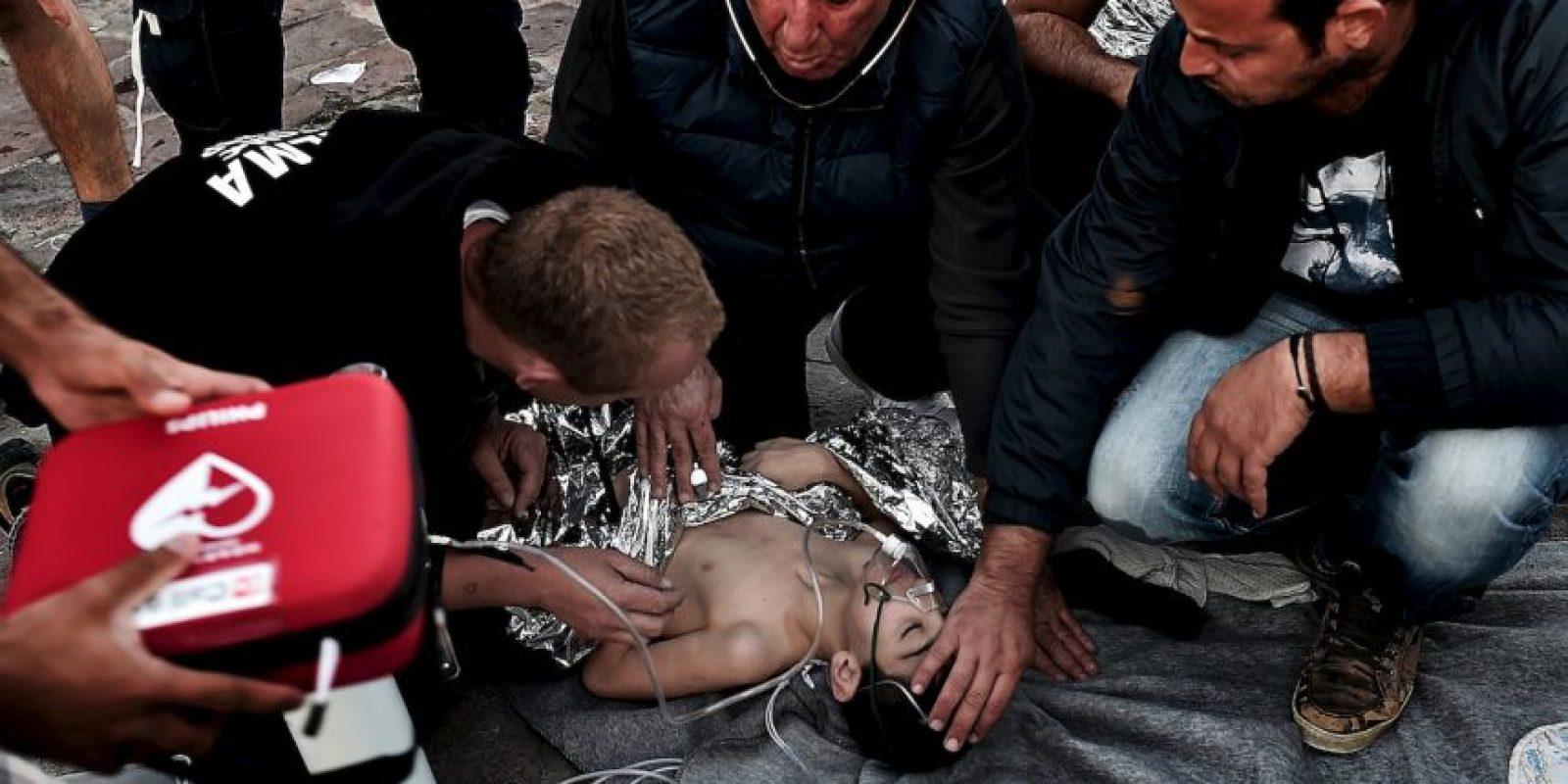 Médicos dan primeros auxilios a niño refugiado que viajaba en barco que naufragó el pasado 28 de octubre. Foto:AFP