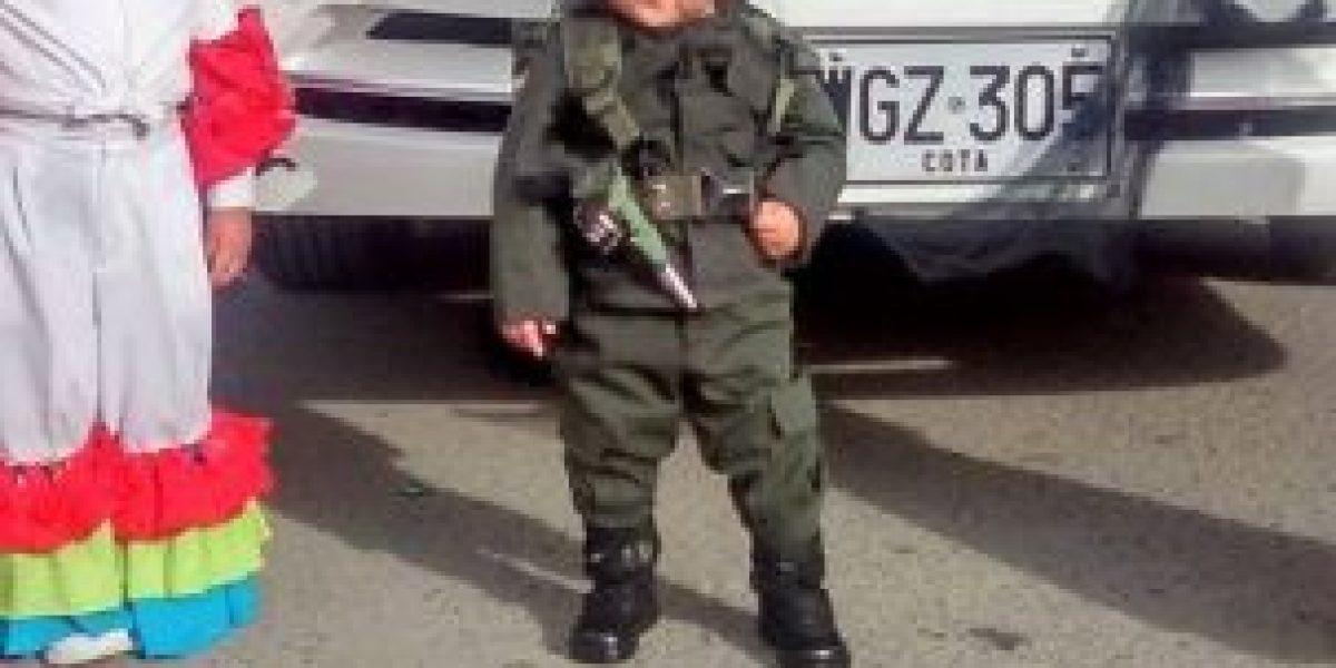 Fotos: Polémica por niña disfrazada de policía con arma y balas