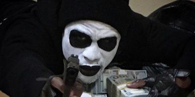 El boxeador aparece con fajos de billetes y una arma de fuego en la mano. Foto:instagram.com/FloydMayweather