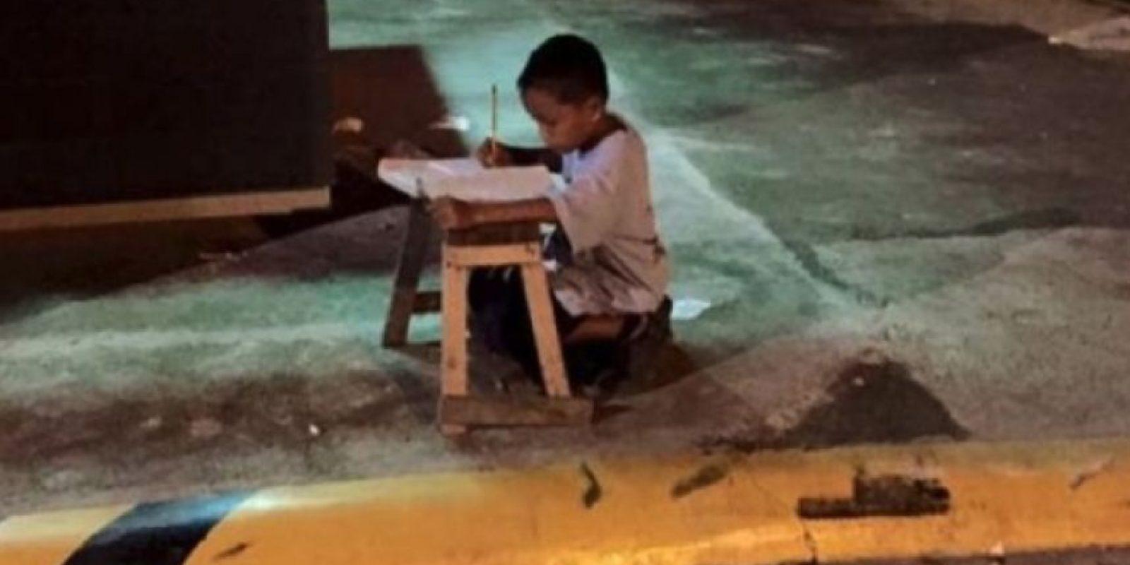 5. El niño que utilizó la luz de un restaurante para hacer tarea Foto:Vía Facebook/JoyceGilosTorreblanca