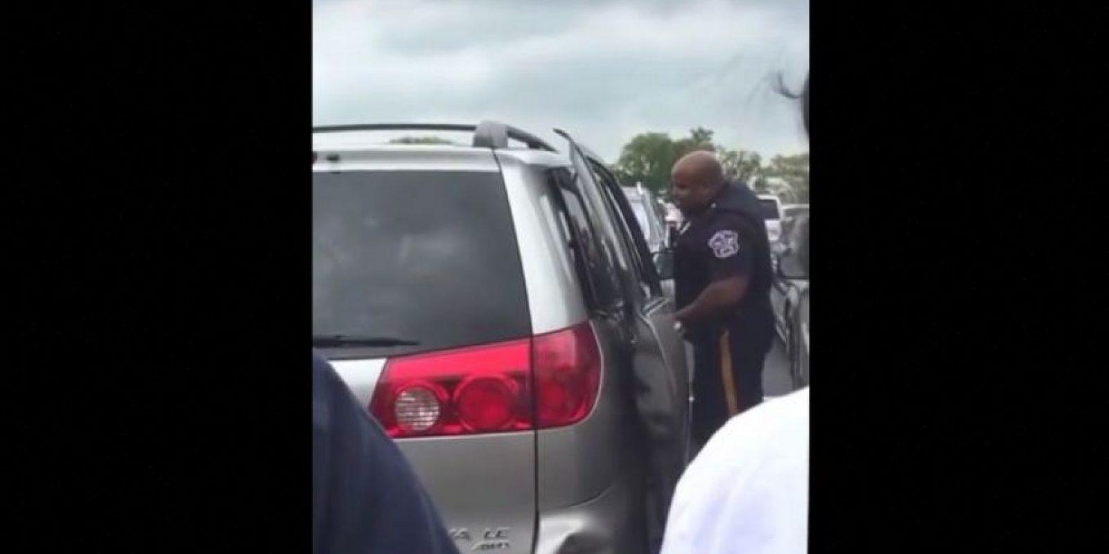 Una mujer de Nueva Jersey dejó a su pequeña de dos años encerrada en su camioneta mientras ella hacía compras Foto:Vía Youtube