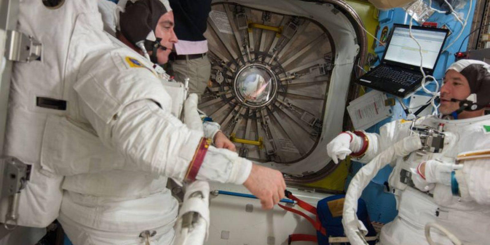 El astronauta Chris Cassidy (izquierda) y la astronauta Luca Parmitano, con sus grandes uniformes. Foto:Vía nasa.gov