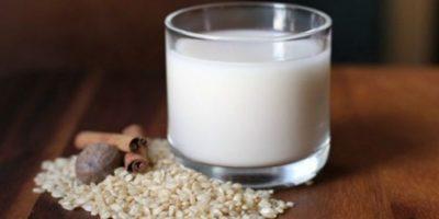 Fuente alta de azúcares simples 20.75 g en 250 ml (un vaso), es lo mismo que agua de horchata, no es una fuente de proteínas ya que contiene .75g en un vaso, y la razón del consumo de la leche es el aporte proteico y de calcio y esta no contiene ninguna de las dos. Foto:Tumblr