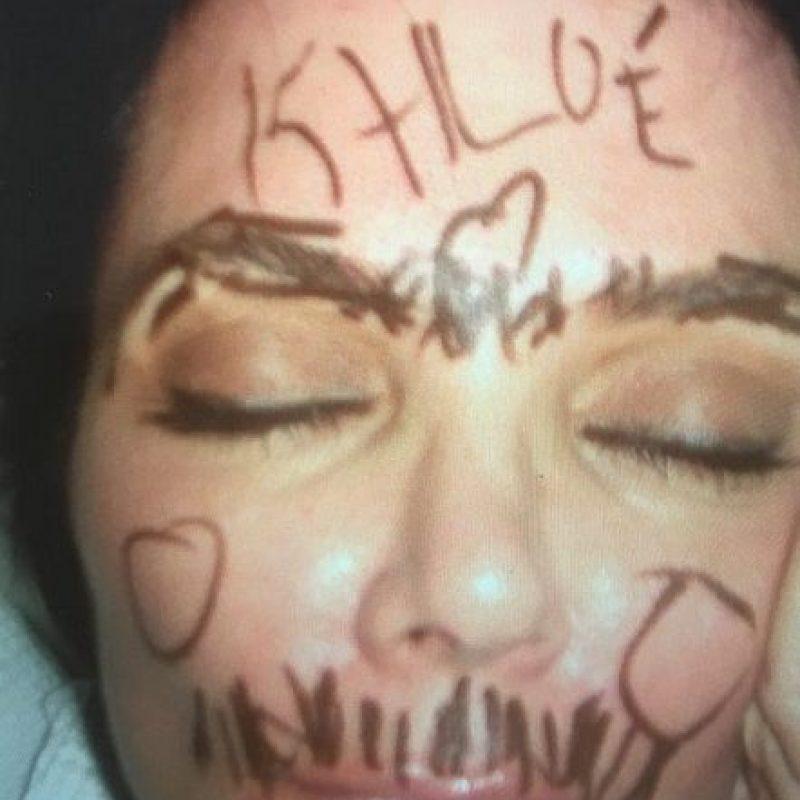 """""""¡Te amo tanto que no quiero que duermas nunca! Quédate despierta y juega conmigo mamá o si no escribiré en ti. ¡¡¡Feliz cumpleaños a la reina @krisjenner!!! ¡¡¡Antes de ti nunca hubo y después de ti jamás habrá otra como tú!!! ¡¡¡¡¡¡Te amo locamente!!!!! ¡Salve Oh reina KJ!"""", fue la divertida felicitación de Khloé Kardashian Foto:vía instagram.com/khloekardashian"""