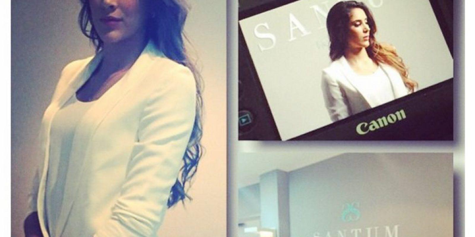 """El estilo sobrio y glamoroso que ha querido proyectar Daniela se """"materializó"""" en este look para las fotos de su spa Santum. Foto:Instagram Daniela Ospina"""