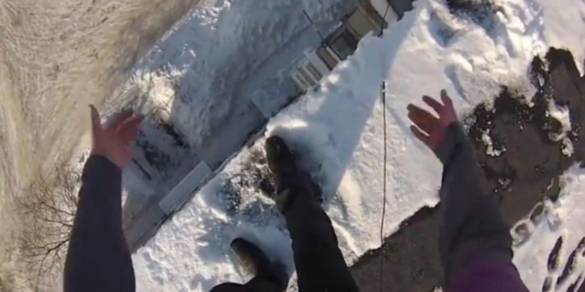 Video: Saltó desde el quinto piso y al caer se fue caminando