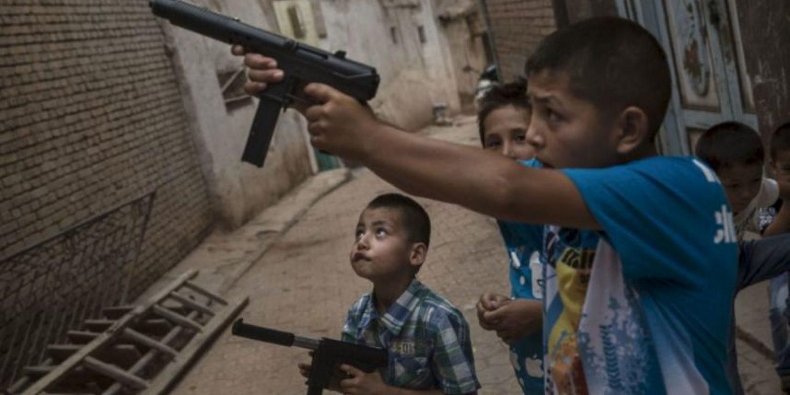 Luego de atar al pequeño uno de los adolescentes lo apuñaló por la espalda. Foto:Getty Images