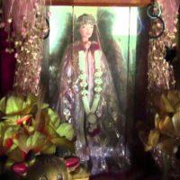 En honor a la niña, los lugareños le crearon un pequeño santuario. Un día, un hombre soñó que una niña blanca lo llevaba de la mano a una tienda y este le compraba una muñeca Barbie. Eso fue en 2007. El sueño fue tan repetitivo, que el hombre encontró en otra tienda la muñeca que la niña quería. La compró y la reemplazó en el altar. Foto:YouTube