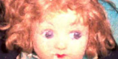 La dueña murió en 2005 y la familia puso a Pupa en una vitrina. Ahí han afirmado que la muñeca cambia de posición y que también cambia su expresión facial. Foto:Haunted America Tours