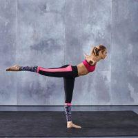 Con una pierna elevada y el cuerpo en 90 grados, se extienden los brazos a la altura de los hombros. Foto:victoriassecret.com