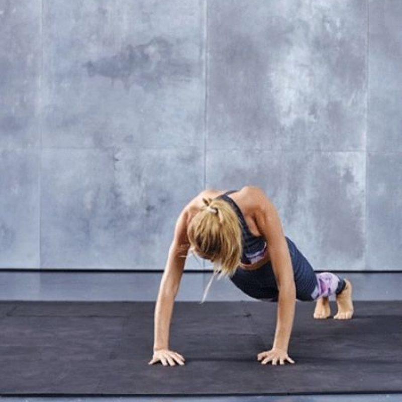 Se coloca el cuerpo en posición diagonal y, apoyando solo las manos y las puntas de los pies. Foto:victoriassecret.com