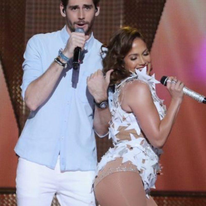 JLo no estuvo sola, pues cantó junto al español Álvaro Soler. Foto:Getty Images