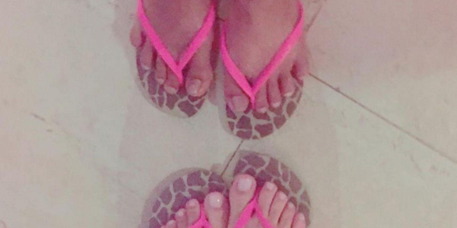 Esta fue la foto de la discordía, los pies de Catalina son los que están en la parte superior. Foto:Instagram Catalina Robayo