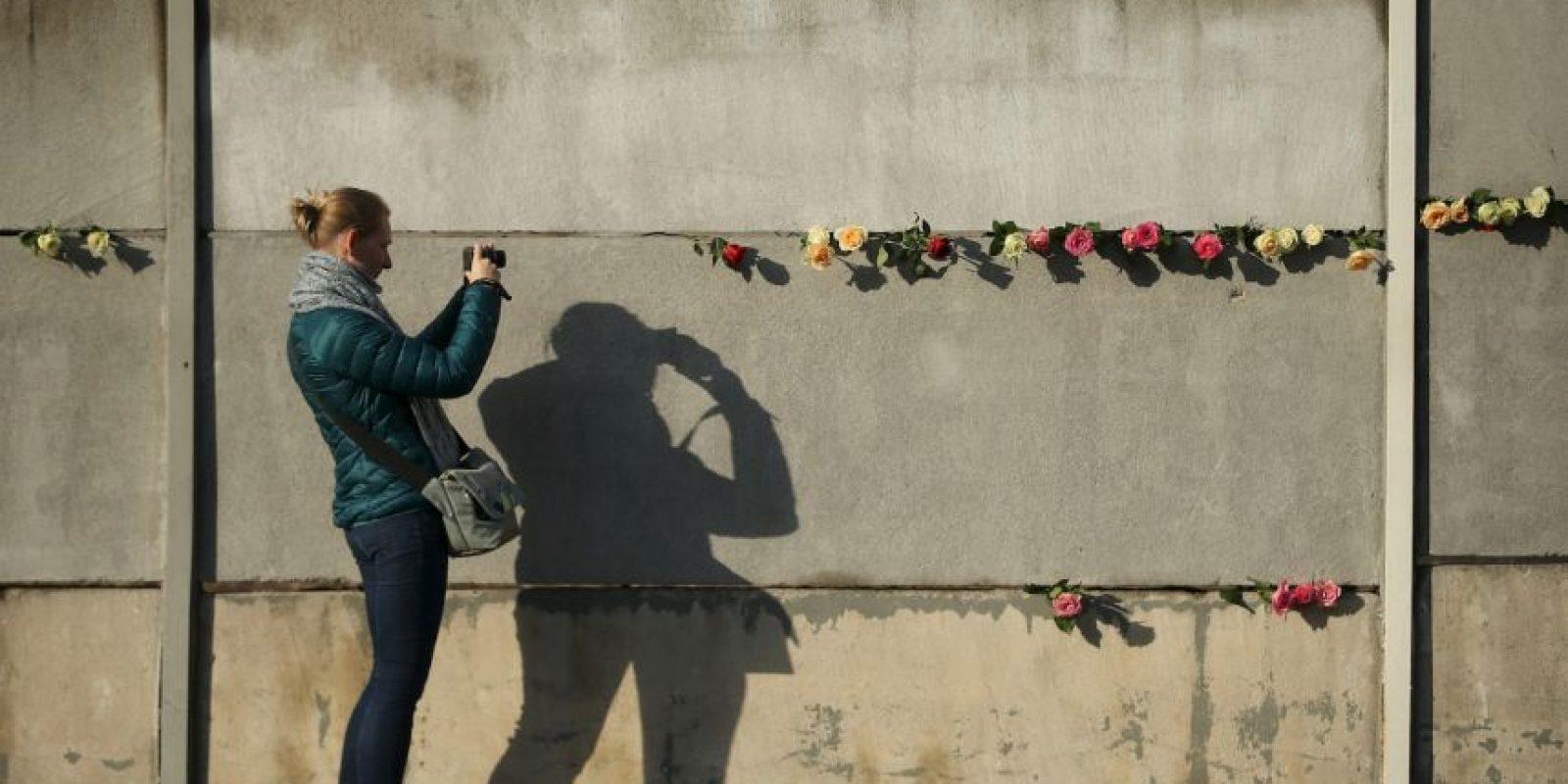 El planeta cambió por completo hace 26 años, cuando cientos de personas se reunieron con palas y mazos para destruir la barrera que separó a una nación por más de 28 años Foto:Getty Images