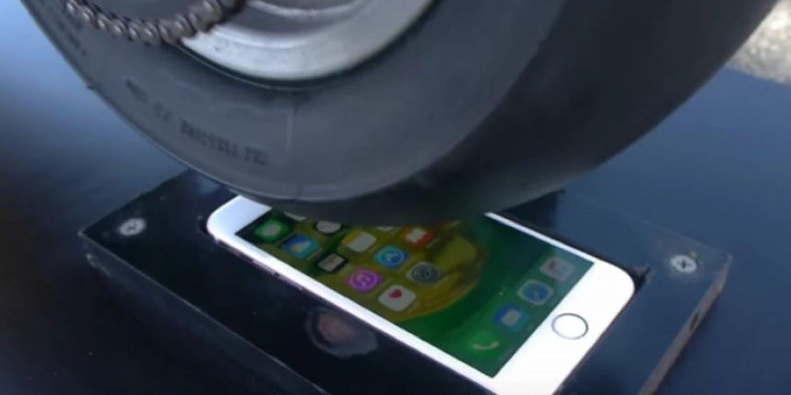 iPhone 6s enfrentó a la llanta de una motocicleta. Foto:TechRax / YouTube