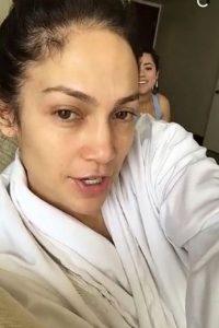 Agua fría: El agua caliente no es recomendada para el rostro, ya que ayuda a volver flácida la piel con los años. Foto:Snapchat