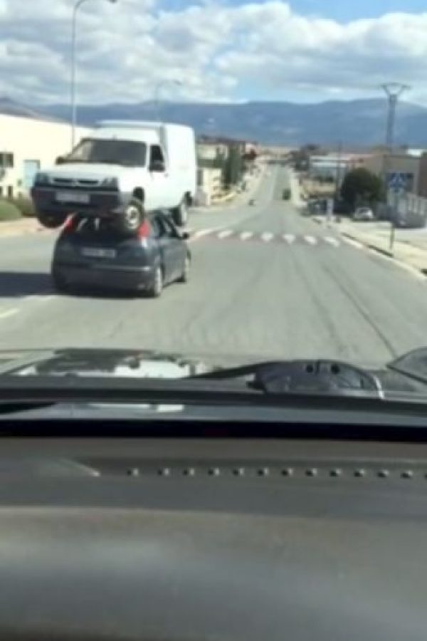 Comenzando por la furgoneta encima del Ford Focus. Foto:Vía Youtube
