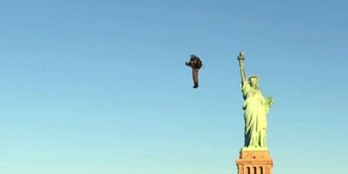 Video: Hombre vuela sobre la Estatua de la Libertad con un