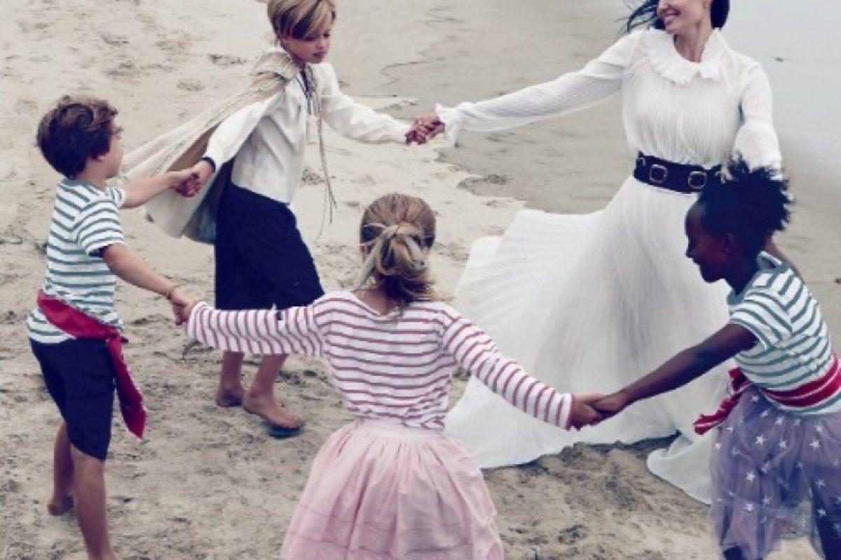 La actriz jugando con sus hijos más pequeños. Foto:Vogue Magazine