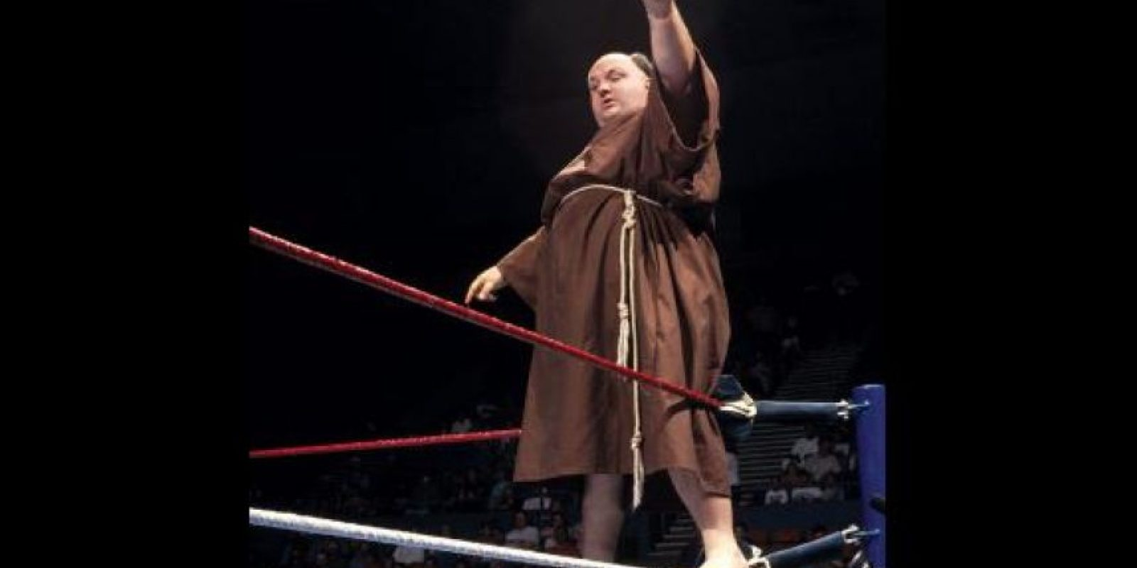 ¿A quién le parecería normal ver a un fraile repartiendo golpes por el cuadrilátero? Foto:WWE