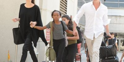 Zahara caminando con sus padres. Foto:The Grosby Group