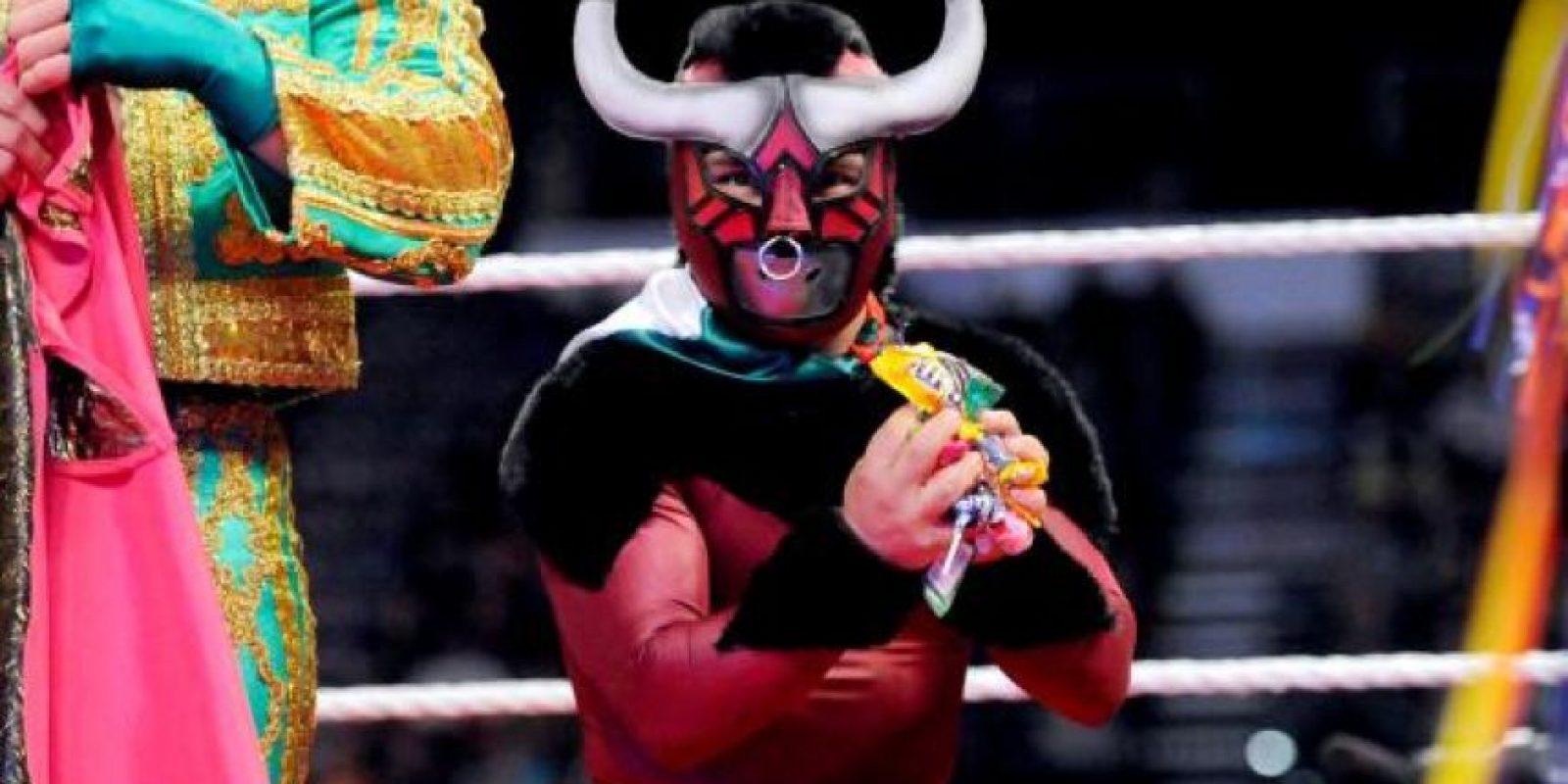 """También conocido como """"Mascarita Dorada"""" usó este muy extravagante uniforme para pelear en la WWE. Foto:WWE"""