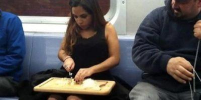 14. Las mujeres que se pintan las uñas, se maquillan o incluso pican cebolla en el metro. Foto:Reddit