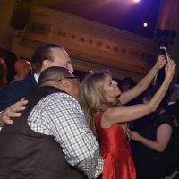 Y tomarse selfies con los invitados. Foto: Getty Images