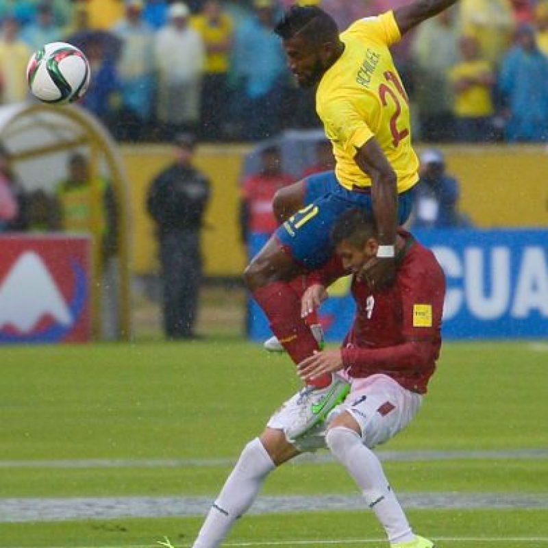 La cancha estaba totalmente encharcada, pero Conmebol decidió seguir adelante con el duelo. Foto:Getty Images