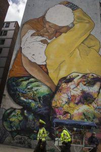 'El beso invisible', el grafiti más grande de Bogotá, está ubicado sobre la calle 26, justo abajo de la carrera 13. Salió de una fotografía de una apasionada pareja acostada en las calles del Bronx. Foto:Carlos Bernate