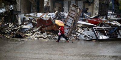 Niña siria camina entre los escombros en Siria. Foto:AFP