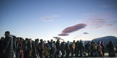 Migrantes y refugiados en un campo de registro en la frontera de Macedonia y Grecia. Foto:AFP
