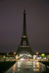 """Así amaneció París. Sin luces en la Torre Eiffel por el luto después del horro de los atentados del llamado """"13-N"""". Foto:Getty Images"""