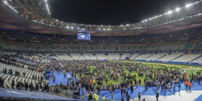 Luego de los tiroteos y explosiones oídas en las inmediaciones del estadio de Francia, la gente no pudo salir. Foto:vía Getty Images