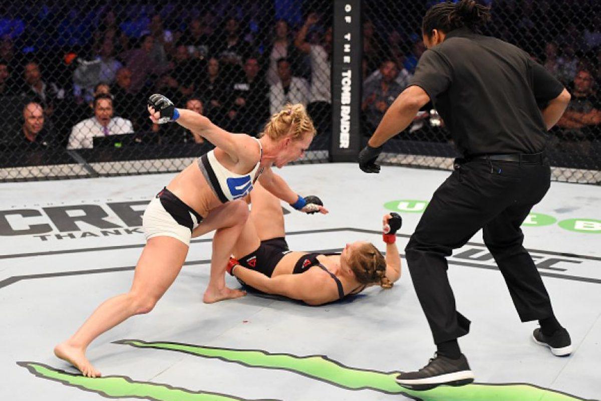 Holly Holm, la retadora, dio la sorpresa al vencer de forma clara a Rousey. Foto:Getty Images