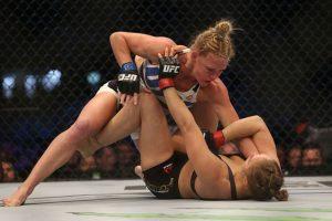 Holly Holm, su retadora, dio la sorpresa al vencer de forma clara a Rousey. Foto:Getty Images
