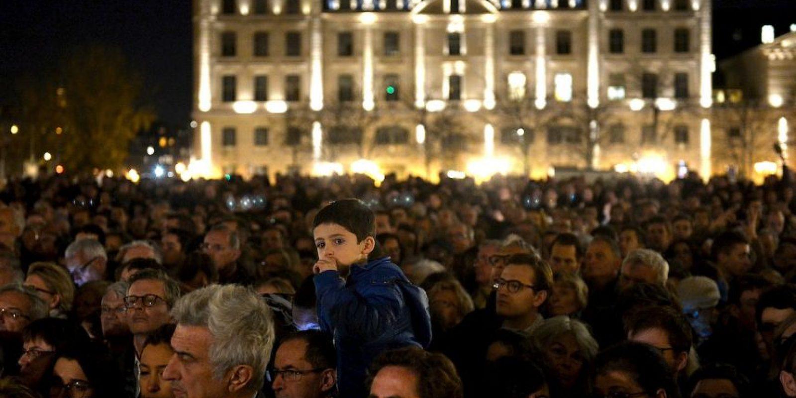 Una multitud que se congregó frente a la catedral de Notre Dame para recordar a las víctimas. Foto:Getty Images