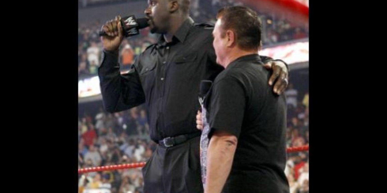 """""""Shaq"""" fue invitado por la WWE para ser árbitro de la pelea entre Big Show y Chris Jericho vs. R-Truth y Kofi Kingston. Foto:WWE"""