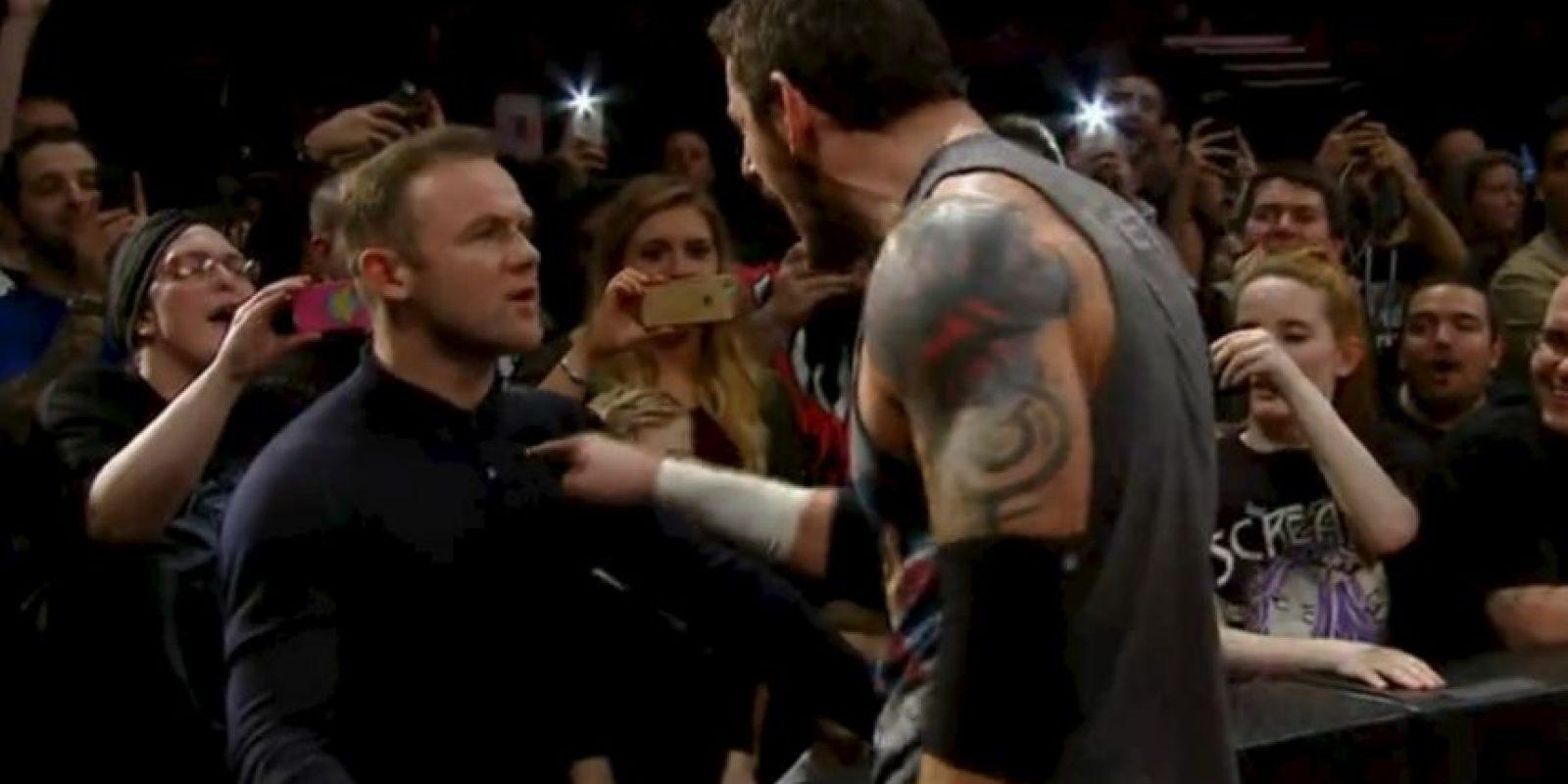 El delantero le dijo que se bajara a decirle las cosas de frente y cuando Barrett lo hizo…¡Rooney lo detuvo con una bofetada! Foto:WWE