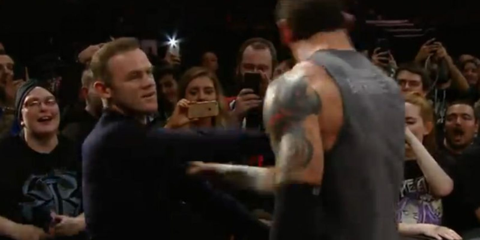 Cuando King Barrett, luchador originario de la Gran Bretaña, apareció en el ring, comenzó a provocar al futbolista del Manchester United. Foto:WWE