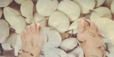 Kourtney postea una foto de los peces alimentándose de las células muertas de sus pies. Foto:vía Instagram