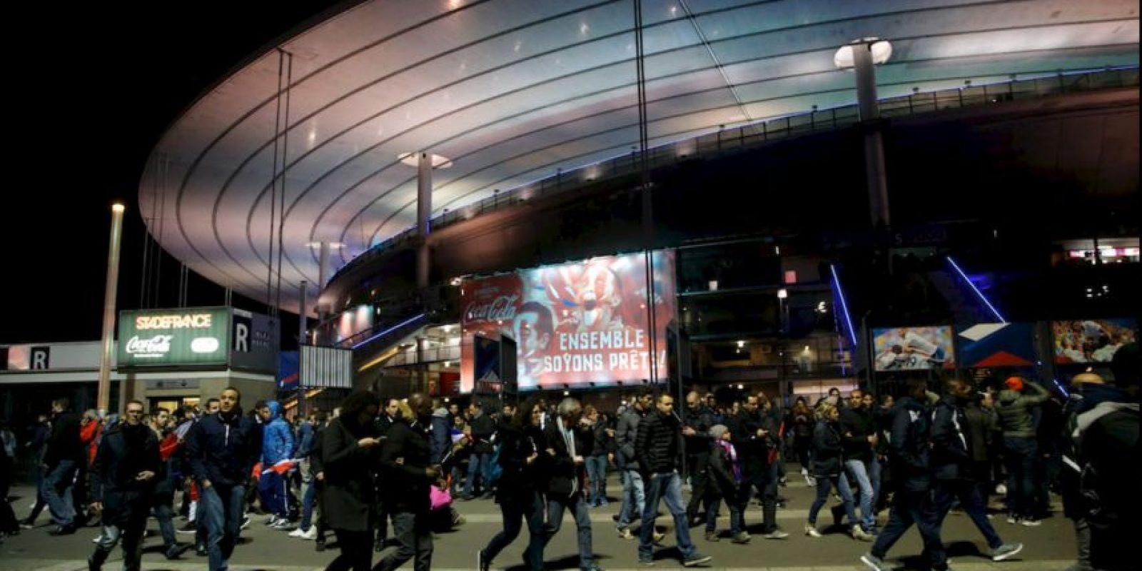 El presidente Hollande fue evacuado del estadio. Foto:AP