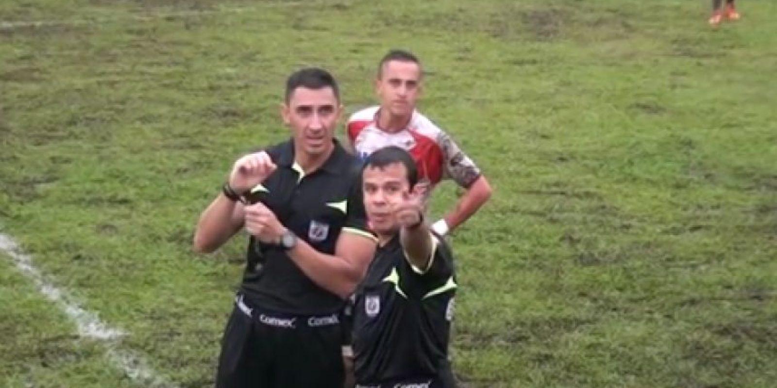 El árbitro y su asistente detuvieron las acciones del partido Foto:Vía twitter.com/stv