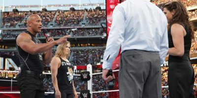 La excampeona de la UFC apareció en WrestleMania 31 al lado de La Roca, Dwayne Johnson. Foto:WWE
