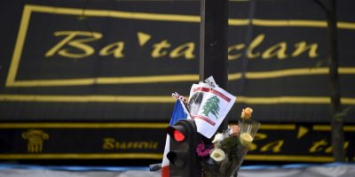 También hay ofrendas en los sitios de los atentados, como la sala de conciertos Bataclán Foto:AFP